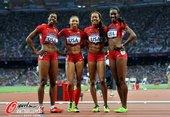 高清图:女子4x400米美国夺冠 队员绕场庆胜利