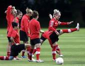 高清图:加拿大女足赛前备战 队员拉伸表情轻松