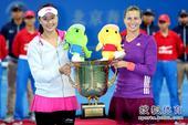 高清:彭帅再夺中网女双冠军 与搭档高举起奖杯