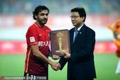 高清:荣膺亚足联最佳外籍球员 高拉特领奖大笑