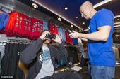 高清图:NBA球星现身周边店 试戴VR眼镜玩不停