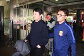 高清图:唐尧东抵达武汉 卓尔球迷热情迎接新帅