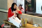 高清:中国女篮参观大英博物馆 姑娘手机不离手