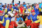 高清图:中亚对抗赛圆满落幕 拥抱奖杯热闹欢腾