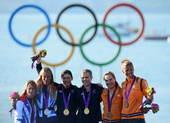 高清图:470级女子双人艇新西兰夺冠 海边狂欢