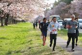 """5月10日,搜狐新闻马拉松第八季在日本北海道开跑。运动型男黄征轻松跑完""""半马"""",平时就爱好运动的他此..."""