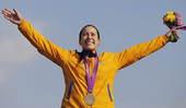 高清图:玛丽安娜小轮车夺冠 领奖台上高举双臂