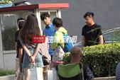 搜狐娱乐讯(洪水工作室图文)近日,靳东江疏影在某外景地拍摄新戏《恋爱先生》。刚一到片场,老干部的女粉...