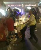 恒大球迷场内被安保带离 场外惨遭警察踢打(图)