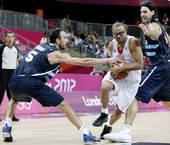 高清图:阿根廷男篮不敌法国 帕克轻松突破重围