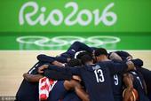 高清图:美国男篮梦之队卫冕 兄弟相拥庆祝夺冠