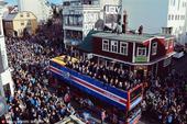高清图:冰岛凯旋3万人游行 再现吼阵美女痛哭