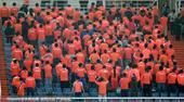 高清:鲁能球迷背对球场 抗议球队近期糟糕表现