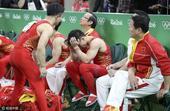 高清图:体操男团日本队夺冠 中国队员抱头称憾