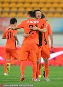 高清图:人和2-0胜建业 冯仁亮梅开二度拥抱队友
