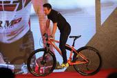 高清:山地车奥运冠军现身发布会 骑车大显身手