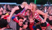 高清图:会当凌绝顶 美女接吻骑脖子上看欧洲杯