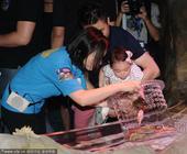 搜狐娱乐讯 7月19日,李小鹏与女儿奥莉出席爱与陪伴,夏日亲子欢乐颂活动。李小鹏抱着萌娃奥莉,妻子在...