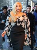 搜狐娱乐讯 当地时间2014年12月18日,美国纽约,Lady Gaga现身曼哈顿街头,优雅装扮...