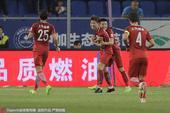 高清:天津泰达0-1上港 傅欢破门击掌队友庆祝
