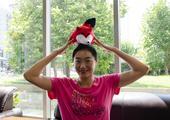 前方图:中国女篮队露雯受访 大女孩举狐狸卖萌