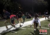 高清:美国高中球场发生枪击事件 学生四处逃散