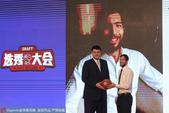 姚明参加2017年CBA选秀大会 与惠龙儿合影(图)