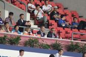 高清:申鑫2-1富力佩兰看台微笑观战 与翻译畅聊