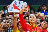 高清图:龚翔宇与粉丝自拍 球迷看台打标语抢镜