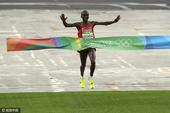 高清图:男子马拉松肯尼亚摘金 场地湿滑仍坚持