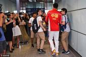 组图:男篮回国遭记者围堵 郭艾伦抱头求饶逃脱