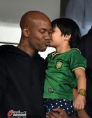 高清:马布里现身工体助威国安 可爱小球迷献吻