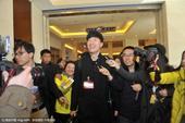 高清:政协委员刘翔完成报到 遭记者围堵至电梯