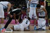 高清图:男篮小组阿根廷胜立陶宛 妖刀赛中摔倒