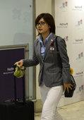 高清图:日本乒乓球队抵英 福原爱显文艺青年范