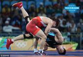 组图:摔跤古典式75KG杨斌止步8强 遭对手痛击