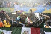 高清图:胜利犒劳墨西哥球迷 淋雨洗浴不是问题