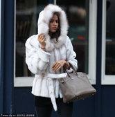 高清:C罗女友独自现身街头 棉衣紧裹素颜显倦容