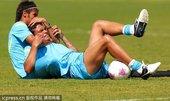 高清图:巴西男足训练备战 内马尔席尔瓦玩锁喉