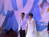 冯坤泰国大婚甜蜜互吻 新郎吉他弹唱中文歌(图)