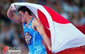 高清:男子摔跤66公斤级满达弘夺金 披国旗庆祝