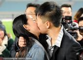 高清:舜天取胜任航现场求婚 女友飙泪相互热吻