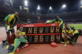 高清图:36秒84!博尔特领牙买加队 破纪录夺冠