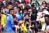 组图:内马尔领衔巴西备战半决赛 球迷热情追捧