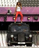 北京时间2012年8月13日凌晨4点,伦敦奥运会闭幕式即将上演,图为辣妹组合成员玫兰妮・布朗在彩排现...