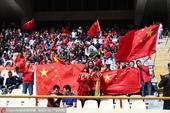 高清:国足球迷客场助威 中国红闪耀阿扎迪球场