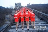 """搜狐娱乐讯 都说""""不到长城非好汉"""",1月16日一架未来版的梦幻豪华巨型客机突然""""迫降""""居庸关长城。夜..."""