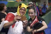 日本女乒受欢迎 萌大叔皮卡丘帽与球员自拍(图)
