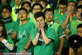 高清:绿城降级球迷痛苦至极 看台双手掩面而泣