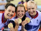高清图:场地自行车赛英国队夺冠 队员相拥庆祝